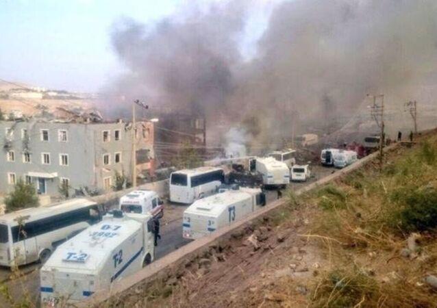 Cizre'deki patlama sonrası malzeme deposu alev aldı. İtfaiye yangına müdahale etti.
