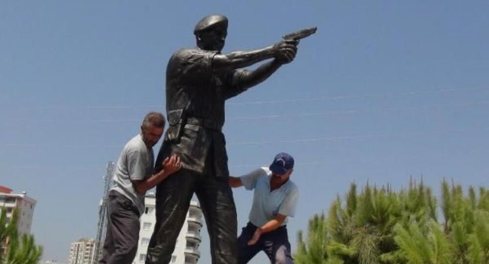 Darbeci Tuğgeneral Semih Terzi'yi öldürdükten sonra cuntacılar tarafından vurulan Astsubay Ömer Halisdemir'in, Mersin'e heykeli dikildi.