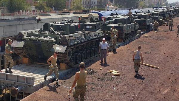 İstanbul'un Maltepe ilçesindeki General Nurettin Baransel Kışlası'ndan taşınan zırhlı araçların bir kısmı, Gaziantep'e ulaştı - Sputnik Türkiye