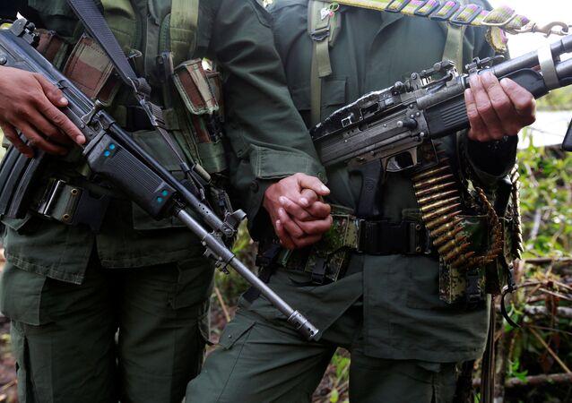 Reuters objektifine yansıyan FARC militanı bir çifte ait bu fotoğraf 16 Ağutos 2016'da çekilmişti.