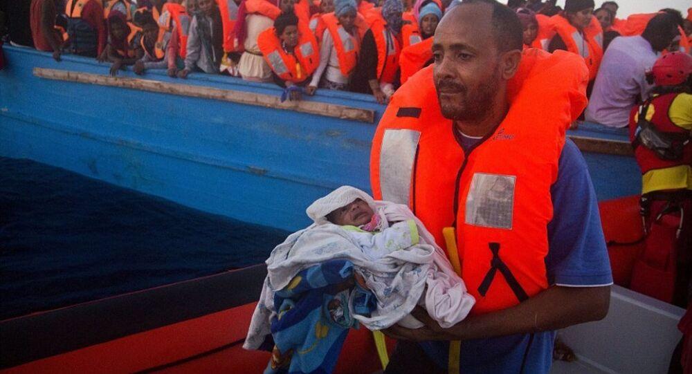 İtalya'da kurtarılan göçmen baba ve oğlu
