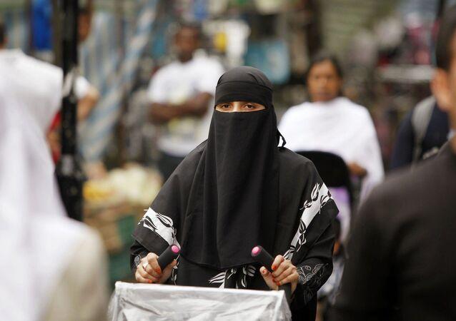 Avrupa'da alışveriş yapan burkalı bir kadın.