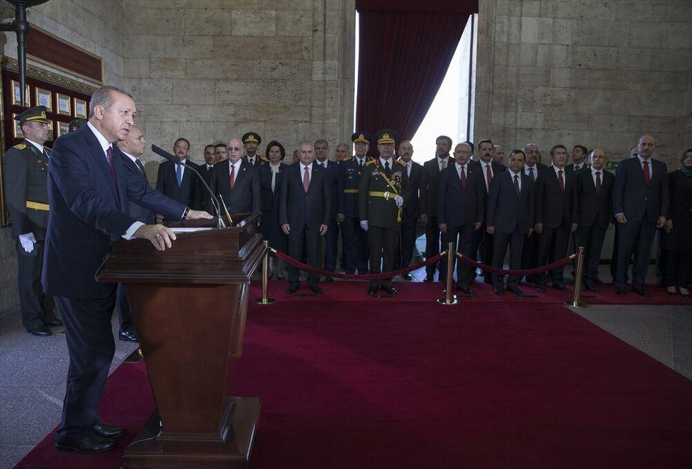 30 Ağustos Zafer Bayramı ve Türk Silahlı Kuvvetleri Günü dolayısıyla Anıtkabir'de tören düzenlendi. Törene katılan Cumhurbaşkanı Recep Tayyip Erdoğan, Anıtkabir özel defterini imzaladı.
