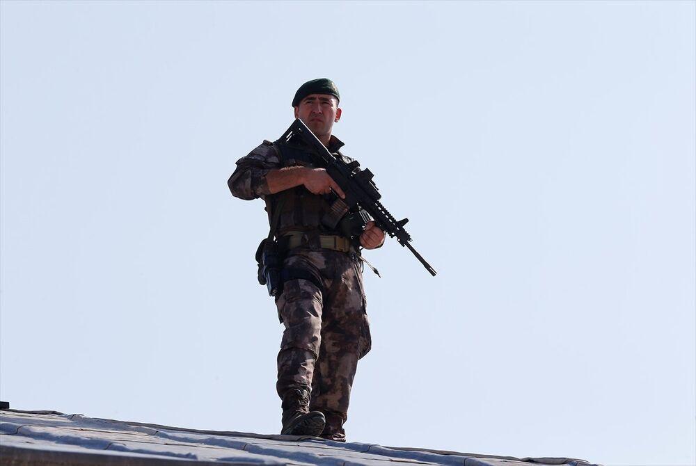Güvenlik önlemi alan Özel Harekat Polislerinden biri kamerala böyle yansıdı.