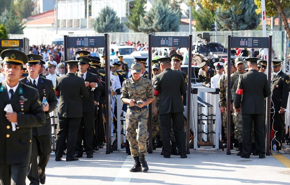 Anıtkabir'deki törenlere katılan askerler kimlik kontrolünden ve X-Ray cihazlarından geçirilerek içeriye alındı.