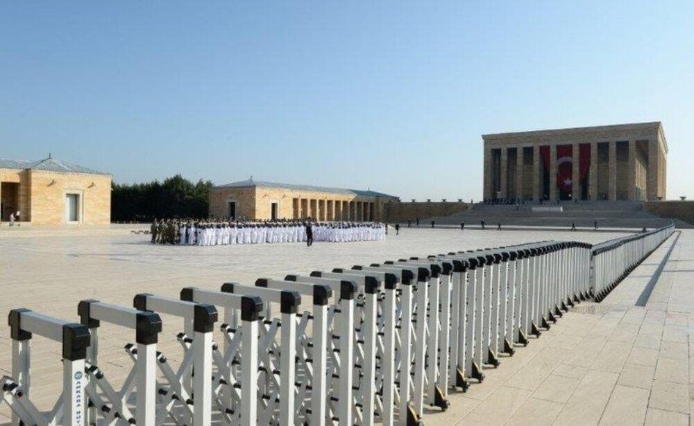 Güvenlik önlemleri kapsamında Anıtkabir avlusuna bu yıl ilk kez bariyerler konuldu.