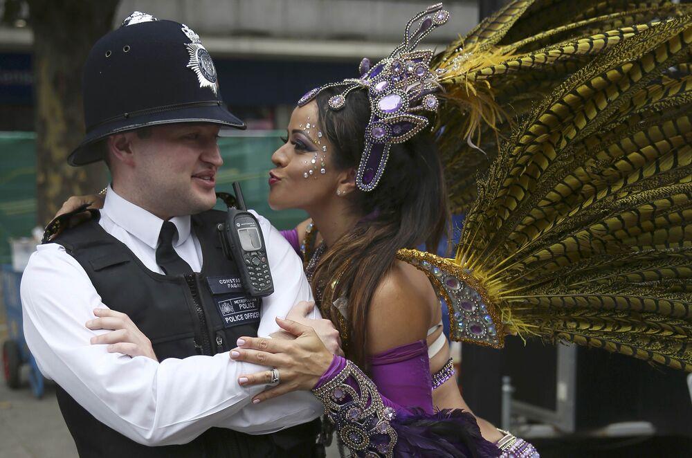 Katılımcılardan biri, yürüyüşün güvenliğini sağlayan polislerden biriyle dans etmek istiyor.