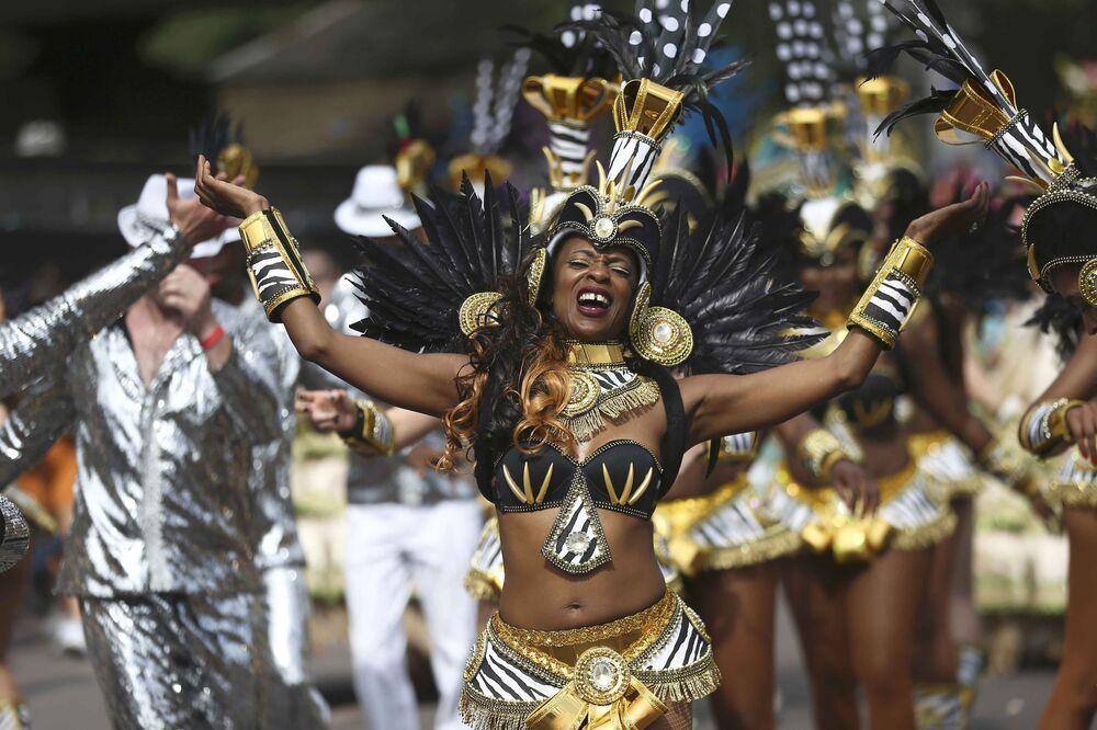 Notting Hill Karnavalı'na katılanlar her yıl muhteşem görüntülere sebep oluyor.