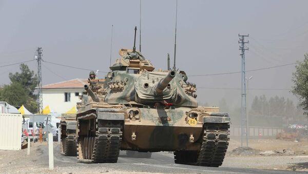 Fırat Kalkanı operasyonu kapsamında, Türkiye, bu sabah 8 tank ile 2 zırhlı personel taşıyıcı (ZPT) araç gönderdi. - Sputnik Türkiye