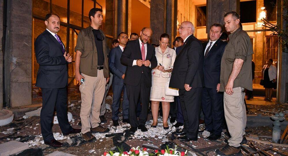 AP Başkanı Schulz, darbecilerin bombaladığı TBMM'yi gezdi.