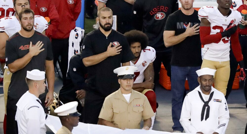 Colin Kaepernick ABD'nin ulusal Marşı çalınırken diz çökerek protestoda bulundu