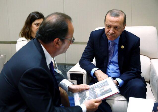 Cumhurbaşkanı Recep Tayyip Erdoğan, dörtlü zirve sonrası Fransız mevkidaşı François Hollande ile ikili görüşme gerçekleştirdi. Erdoğan bu sırada Hollande'a 15 Temmuz darbe girişimini anlatan bir kitap hediye etti.