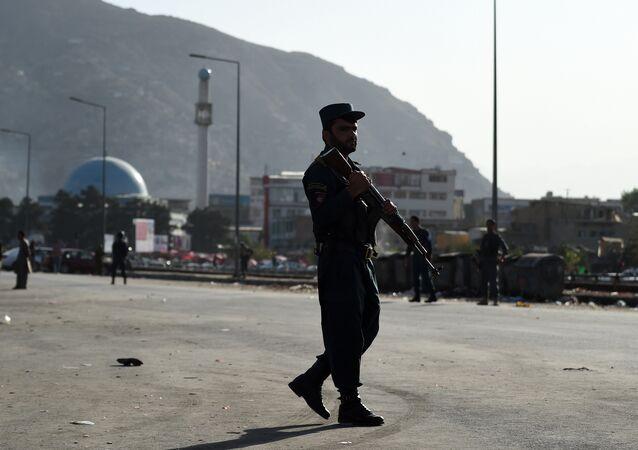 Kabil'deki ikiz patlamaların yaşandığı bölgede çevreyi kontrol eden bir asker.