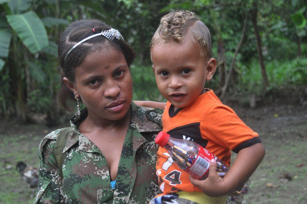Kolombiya Devrimci Silahlı Güçleri'nin (FARC) kampını ziyaret eden Ukraynalı gazeteci Oleg Yasinkiy, gerillaları görüntüledi. Yasinkiy gerillaların yüzde 40'ını kadınların oluşturduğunu ve gerillalar arasındaki kadın erkek ayrımcılığının kentsel bölgelerdekinden çok daha az olduğunu söyledi.