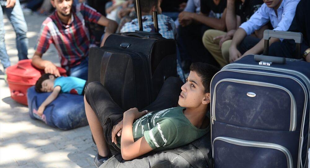 Habertürk'ten Ömer Topsakal'ın haberine göre, yaklaşık 5 yıldır Türkiye'de olan Suriyeliler geri dönmeye başladı. Türkiye'ye sığınan bir grup Suriyeli, ülkelerine geri dönmek için Gaziantep Valiliğine müracaat etti. Alınan izinlerin ardından aralarında kadın, çocuk ve yaşlıların da bulunduğu 292 kişi Karkamış Gümrük Kapısı'na geldi.