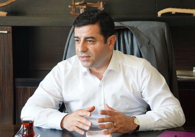 """15 Temmuz darbe girişimine ilişkin Selahattin Demirtaş, """"Türkiye'de bir darbe girişimi yaşandı. Parlamento bombalandı ve yüzlerce insan katledildi. HDP olarak darbelerden, askeri vesayetten çok çektik. Parti olarak darbenin bizi kurtaracağına inanmadık. Biz öz gücümüze inandık"""" dedi."""