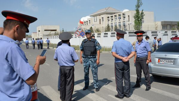 Kyrgyz police officers gather outside the Chinese embassy in Bishkek on August 30, 2016 - Sputnik Türkiye