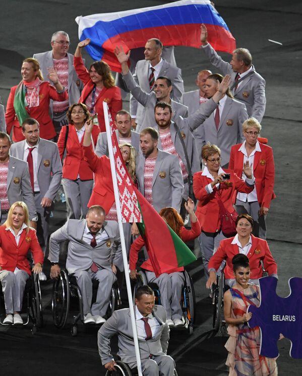 Brezilya'nın Rio de Jenario kentinde gerçekleştirilecek ve Rus sporcuların katılımına izin verilmeyen Paralimpik Oyunları'nın dünkü açılış töreni bir protestoya sahne oldu. Belaruslu sporcular, Rus sporcularla dayanışma içinde olduklarını göstermek için Rusya bayrağı taşıdı. - Sputnik Türkiye