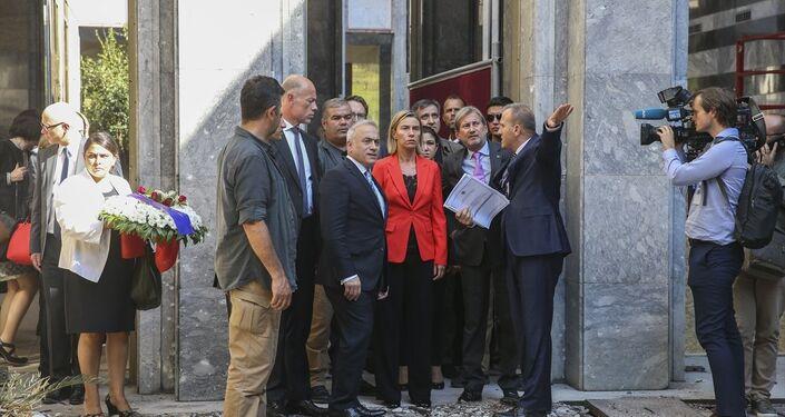 Avrupa Birliği (AB) Dış İlişkiler ve Güvenlik Politikası Yüksek Temsilcisi Federica Mogherini ile Komşuluk Politikası ve Genişleme Müzakerelerinden Sorumlu AB Komiseri Johannes Hahn, TBMM'yi ziyaret etti. Heyet, TBMM Genel Sekreteri Mehmet Ali Kumbuzoğlu eşliğinde, FETÖ'nün darbe girişiminde Meclis'in bombalanan bölümlerini gezerek, o gece yaşananlara ilişkin bilgi aldı.