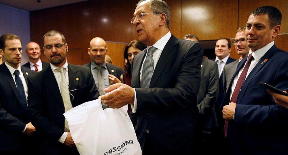 Rusya Dışişleri Bakanı Sergey Lavrov, gazetecilere pizza ve vodka ikram etti