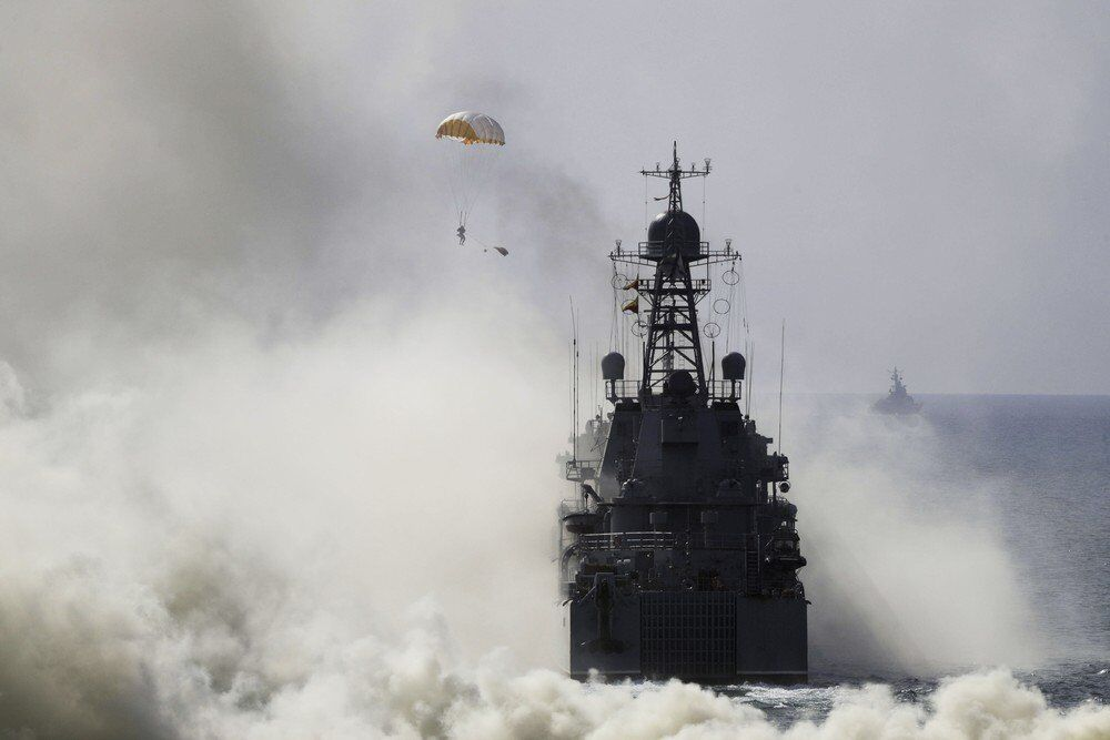 Rusya Genelkurmay Başkanı Valeri Gerasimov, düzenlediği bilgilendirme toplantısında, Kafkasya 2016yı askeri tatbikatların doruk noktası olarak nitelendirdi. Rus donanma gemileri ve paraşütçüler açıktaki bir gemiye iniş tatbikatı yaparken görülüyor.