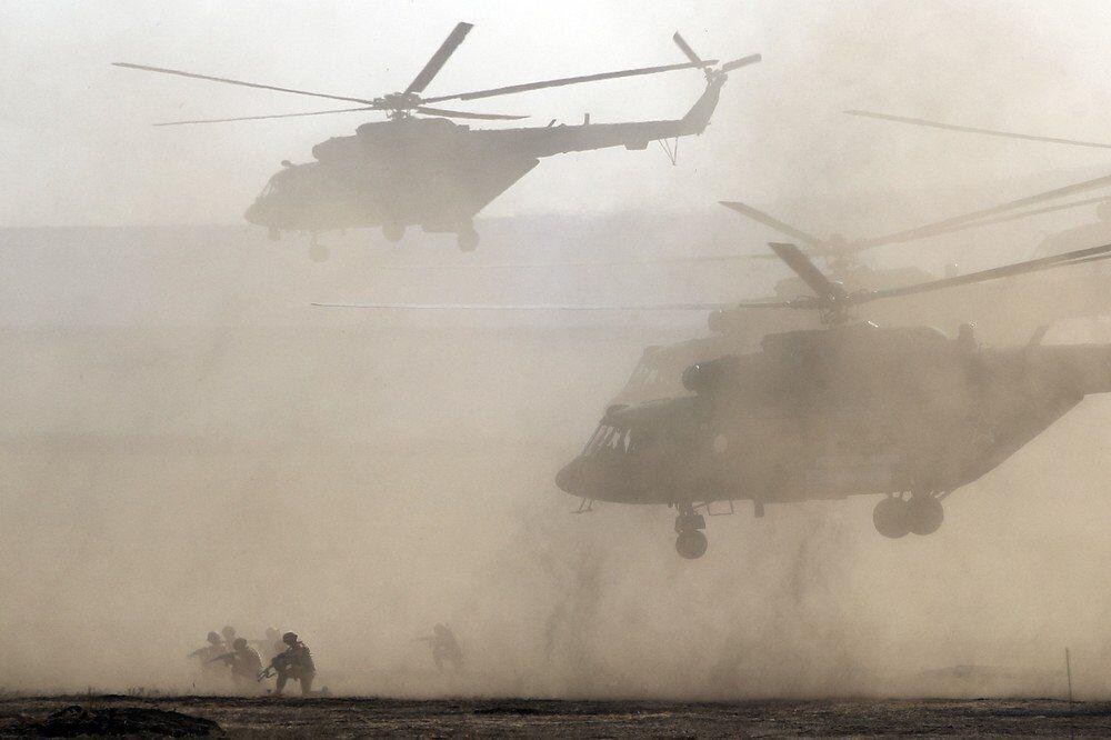 Rus hava kuvvetlerine bağlı askerler ve ordu helikopterleri iniş ve acil müdahale çalışması yapıyor.