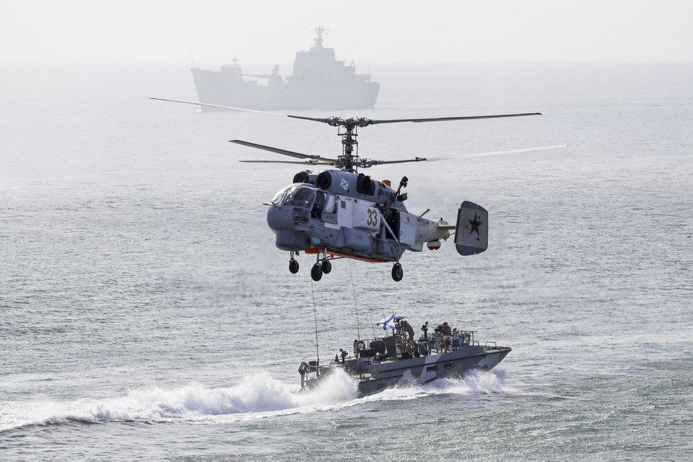 Rus donanma gemisi ve helikopterli askerle halatla gemiye iniş talimi gerçekleştiriyor.