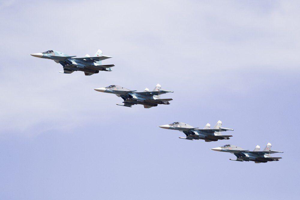 Rus ordusuna ait Su-34 bombalarını taşıyan jet uçakları hizalı uçarak birazdan bombaları bırakmaya hazırlanıyor.