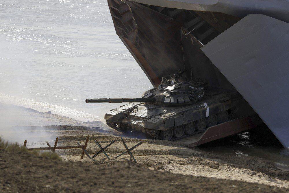 Yine bir karaya çıkma ve acil kurtarma görevini kapsayan tatbikatta gemiden karaya ayrılan tank görülüyor.
