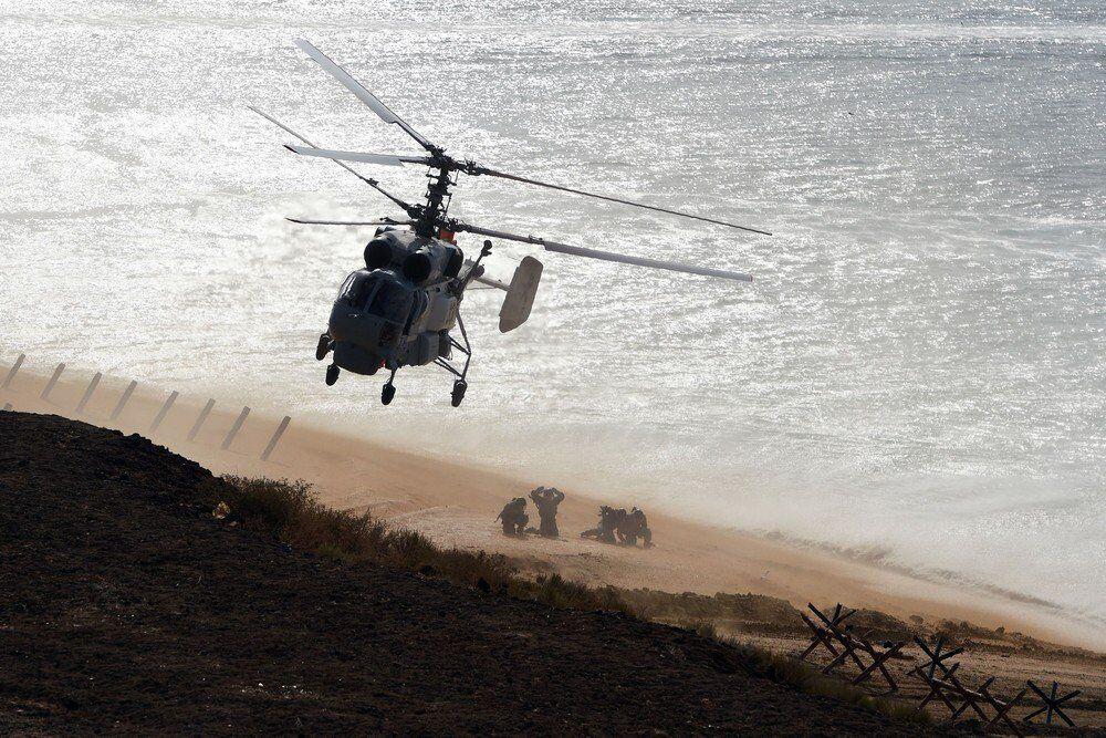 Rus donanma helikopteri, kurtarma harekatı için askerleri karaya bıraktıktan sonra ayrılırken görülüyor