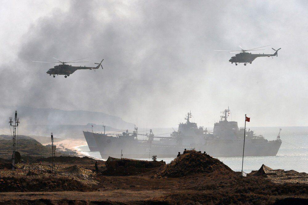 Rus donanmasına ait heliopter ve savaş gemilerinin savaş durumunda katılacakları ortak harekatı içeren tatbikattan bir kare.