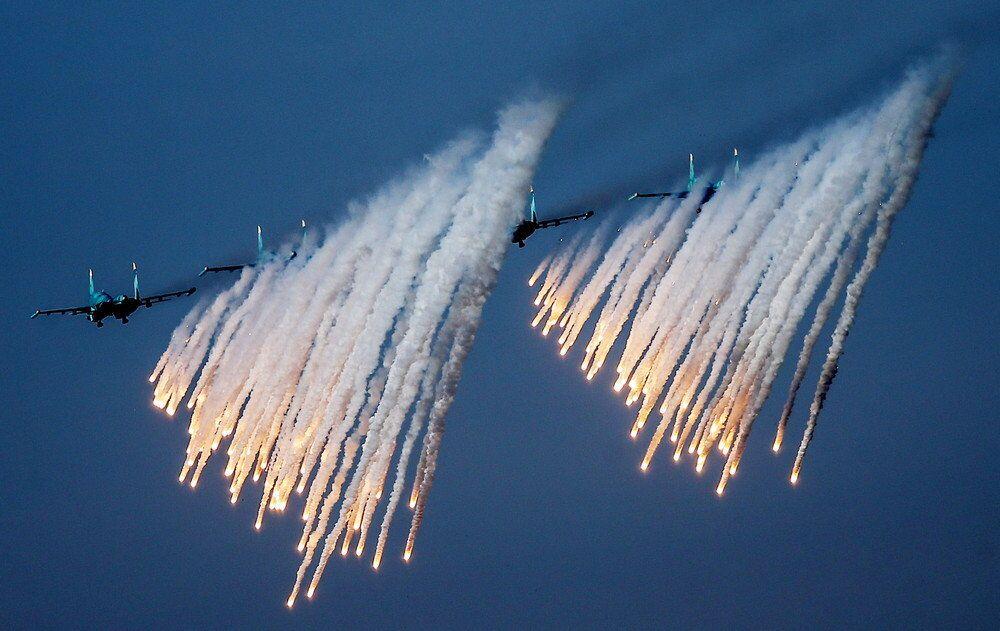 Sukhoi Su-34 taarruz uçakları, doğudaki Opuk mevzilerinde talim atışı yaparken...
