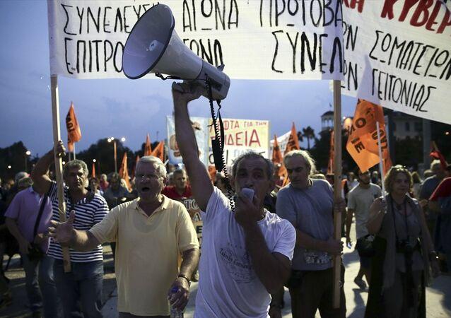 Selanik'te binlerce kişi Çipras hükümetiniz protesto etti.