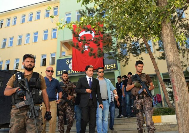 İçişleri Bakanlığı tarafından Muş'un Bulanık ilçesi Belediye Başkanı Figen Yaşar'ın yerine görevlendirilen Kaymakam Ömer Şahin, esnafı ziyaret etti.