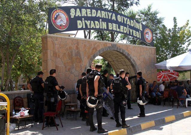 Ağrı'nın Diyadin ilçesinde belediye başkanlığına görevlendirilen Kaymakam Mekan Çeviren görevine başladı. Polis ekiplerince belediye binasında arama yapıldı.