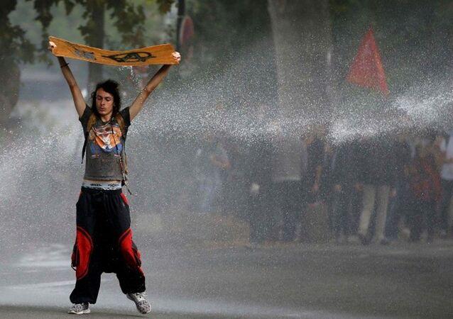 Fransa'nın Nantes kentinde yeni iş kanununu protesto eden genç