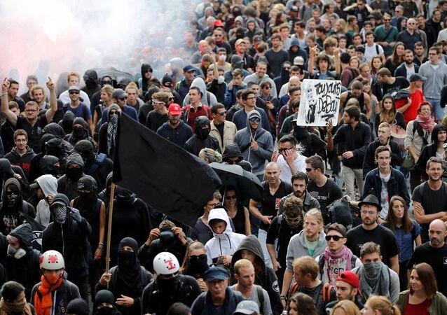 Yeni iş kanunua yönelik düzenlenen gösteriler 16. kez düzenlendi. En son büyük çaplı gösteri Mart ayında düzenlenmiş ve Fransa genelinde 400 binden fazla gösterici sokaklara çıkmıştı. Protestolara katılan sendikaların bunun katıldıkları son geniş çaplı eylem olduğunu belirtti.