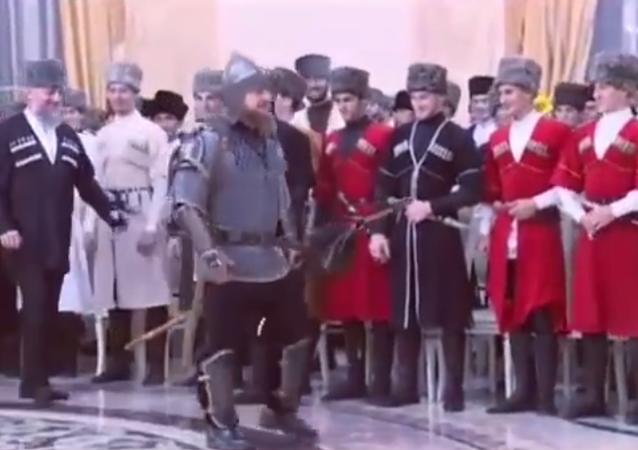 Rusya'ya bağlı Çeçenistan Cumhuriyeti'nin lideri Ramzan Kadirov, dün Çeçen Kadınları Günü nedeniyle verdiği davette kılıç kuşandı.
