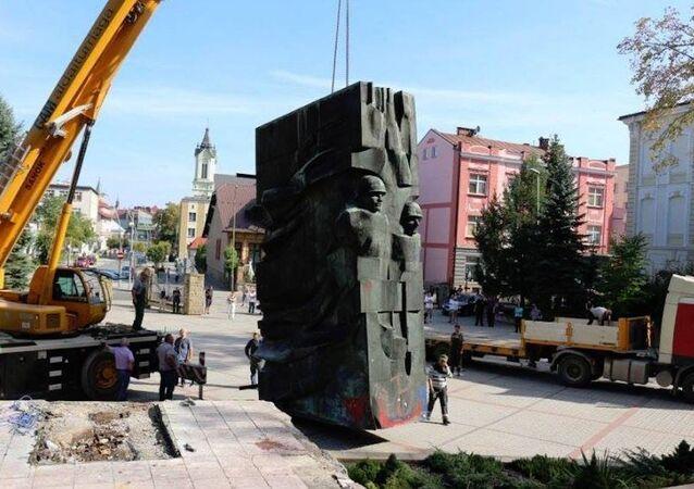 Polonya'nın Sanok kentinde Kızıl Ordu'ya Teşekkür Anıtı söküldü.