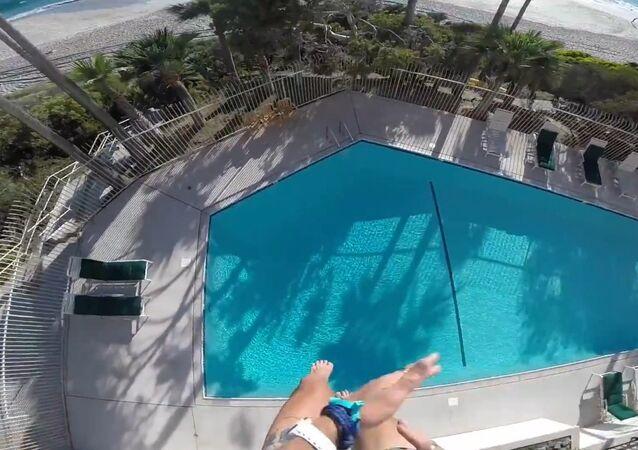 Otelin çatısından havuza inanılmaz atlayış