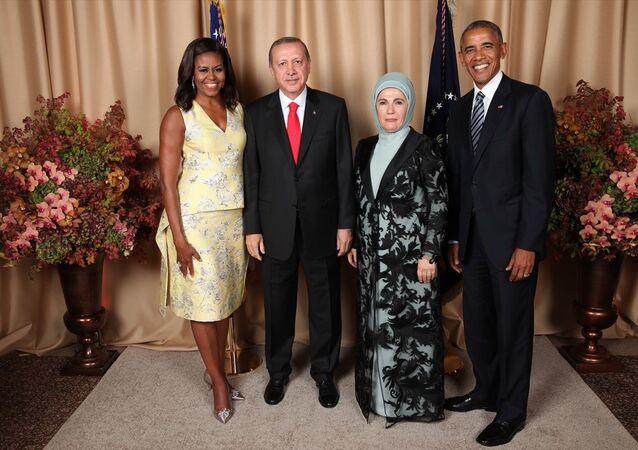 Cumhurbaşkanı Recep Tayyip Erdoğan (sol 2) ve eşi Emine Erdoğan (sağ 2), ABD Başkanı Barack Obama (sağda) ve eşi Michelle Obama (solda) tarafından Lotte New York Palace Oteli'nde verilen resepsiyona katıldı.