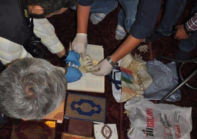 Aksaray'da camiye bırakılan poşetten FETÖ'nün yayın grubuna ait kitap ve Kuran-ı Kerim'ler bulundu. Kuran'lardan birinin arasında 1 adet 1 dolar çıktı.