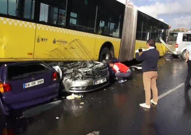 Acıbadem'de metrobüs kazası