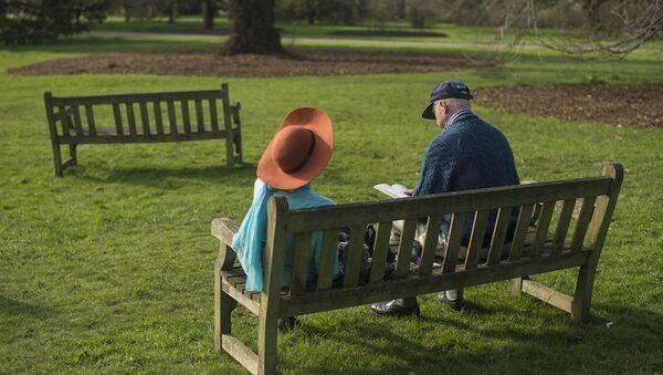 Parkta kitap okuyan bir çift. (İngiltere) - Sputnik Türkiye