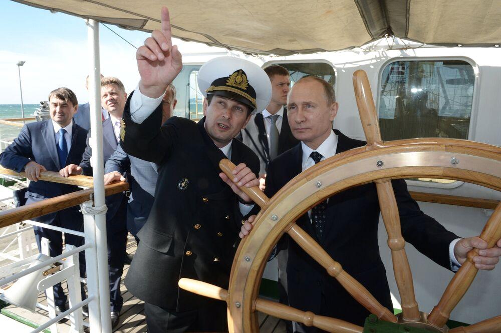 Rusya Devlet Başkanı Vladimir Putin, Soçi'de Nadejda yelkenlisinin dümeninde.