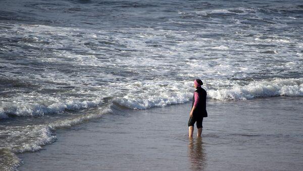 A Moroccan woman wearing a burkini, a full-body swimsuit designed for Muslim women, enters the sea at Oued Charrat beach, near the capital Rabat - Sputnik Türkiye
