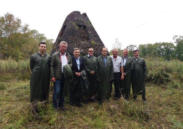 Türkiye'nin Rusya Büyükelçisi Ümit Yardım, Türk bir heyetle Rusya'nın Uzakdoğu bölgesindeki Türk şehitliğini ziyaret etti.