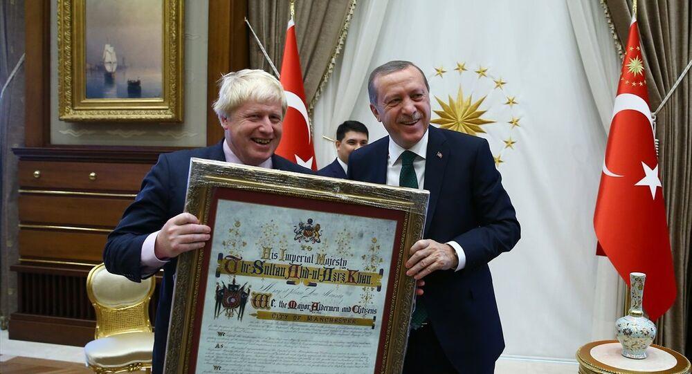 Cumhurbaşkanı Recep Tayyip Erdoğan, Manchester Belediye Başkanı Robert Neil'in Sultan Abdülaziz mektubunun replikasını İngiltere Dışişleri Bakanı Boris Johnson'a hediye etti.