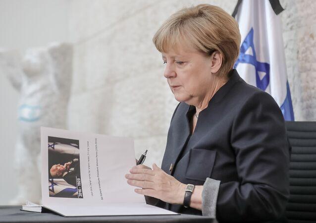 Peres'in cenazesine katılmayan Almanya Başbakanı Angela Merkel ise İsrail'in Berlin Büyükelçiliği'ni ziyaret ederek Peres anısına açılan hatıra defterini imzaladı.
