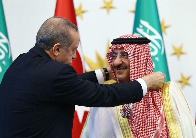 Cumhurbaşkanı Recep Tayyip Erdoğan, Cumhurbaşkanlığı Külliyesinde Suudi Arabistan Veliaht Prensi, Başbakan Birinci Yardımcısı ve İçişleri Bakanı Muhammed bin Nayif bin Abdülaziz Al Suud'a Cumhuriyet Nişanı verdi.